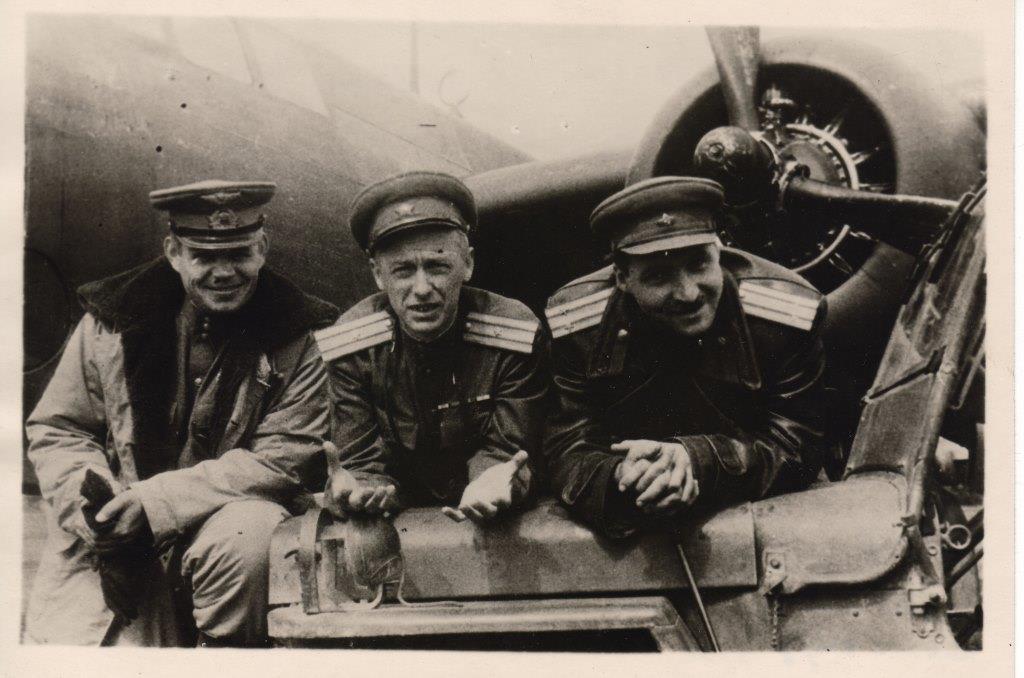 К.М. Симонов - 1-й справа