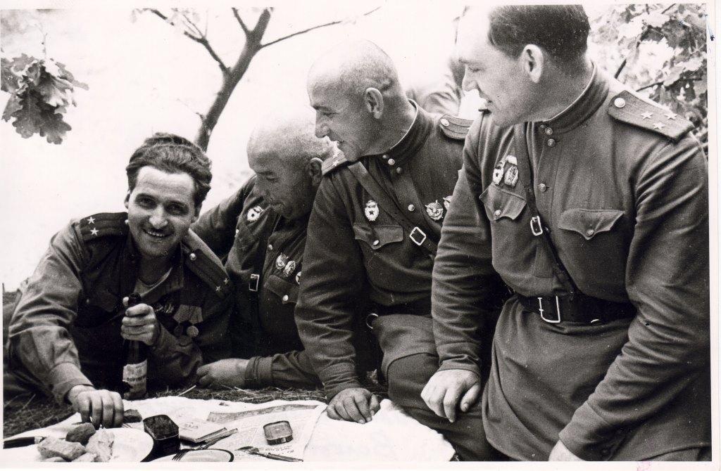 К.М. Симонов - 1-й слева