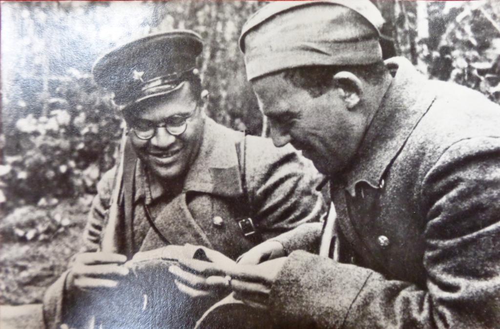 В. Кожевников - слева
